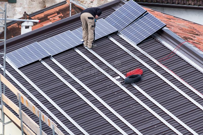 太阳电池板和工作者 免版税库存照片