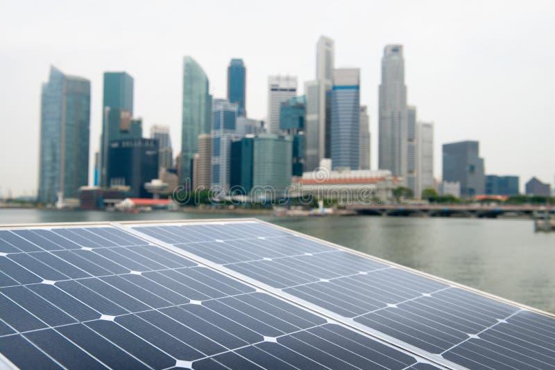 太阳电池板和现代城市 库存图片