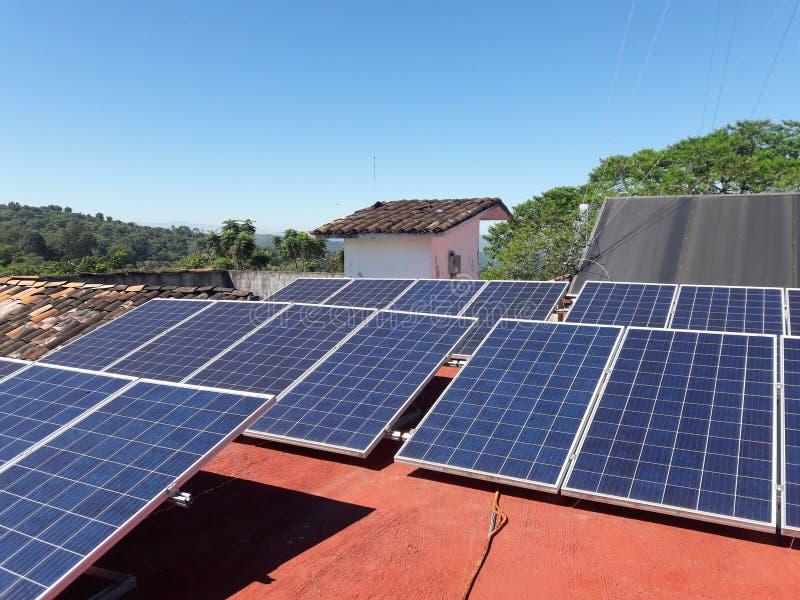 太阳电池板和绿色树在中欧冠上 免版税库存照片