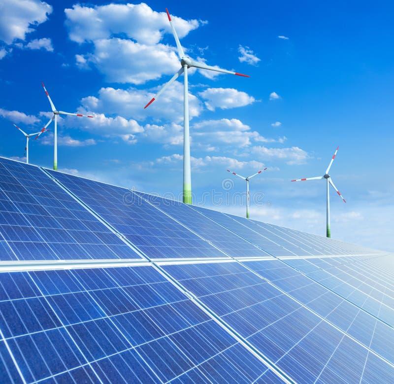太阳电池板和造风机涡轮 其来源en 库存照片