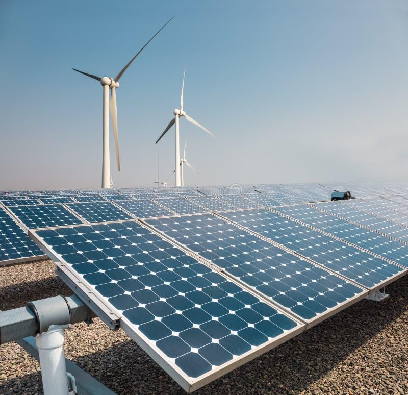 太阳电池板和风力农场 免版税库存照片