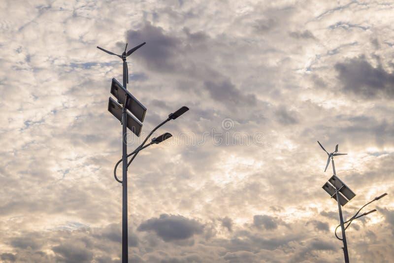 太阳电池板和风力种田,新的能量背景 免版税库存图片