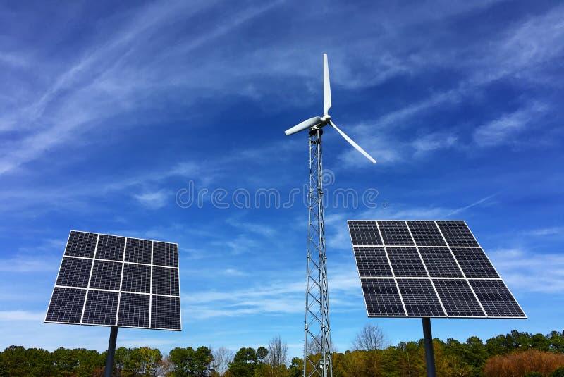 太阳电池板和风能涡轮发电站 免版税库存照片