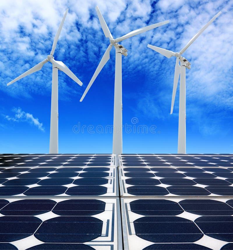 太阳电池板和风轮机 免版税库存照片