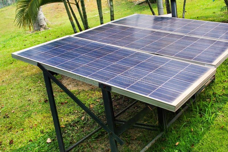 太阳电池板在庭院背景中 库存照片