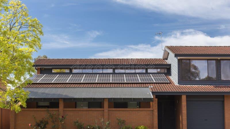太阳电池板的屋顶 免版税库存图片