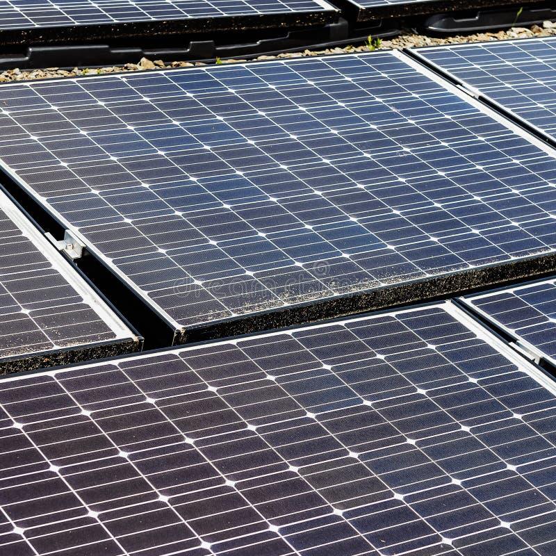 太阳电池板,供选择的电来源,金钱的力量 库存照片