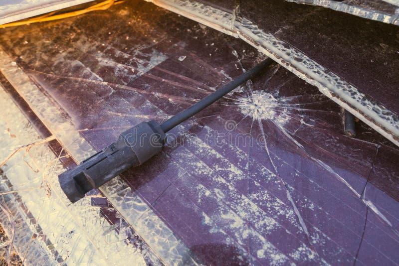 太阳电池板,供选择的电来源-能承受的资源的概念和这是单音类型崩裂的太阳电池板 免版税库存照片