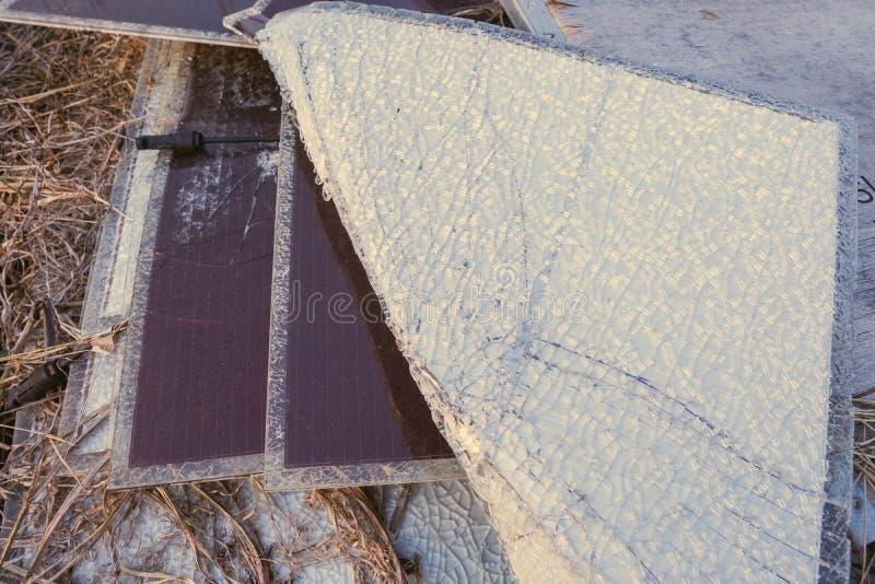 太阳电池板,供选择的电来源-能承受的资源的概念和这是单音类型崩裂的太阳电池板 库存图片