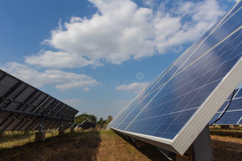太阳电池板,供选择的电来源-能承受的资源的概念和这是可能引起的一个新的系统 库存图片