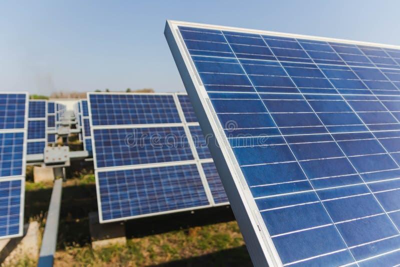 太阳电池板,供选择的电来源-能承受的资源的概念和这是可能引起的一个新的系统 免版税库存图片