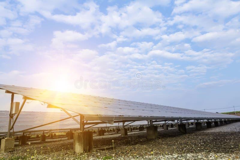 太阳电池板,供选择的电来源-能承受的资源的概念和这是太阳电池板单音类型 库存图片