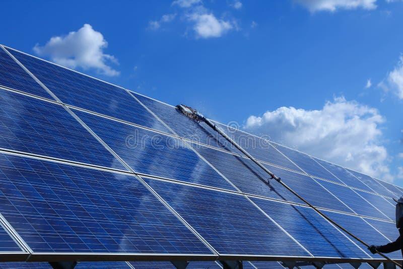 太阳电池板,供选择的电来源-能承受的资源的概念,这的太阳跟踪系统,清洗的意志 库存照片