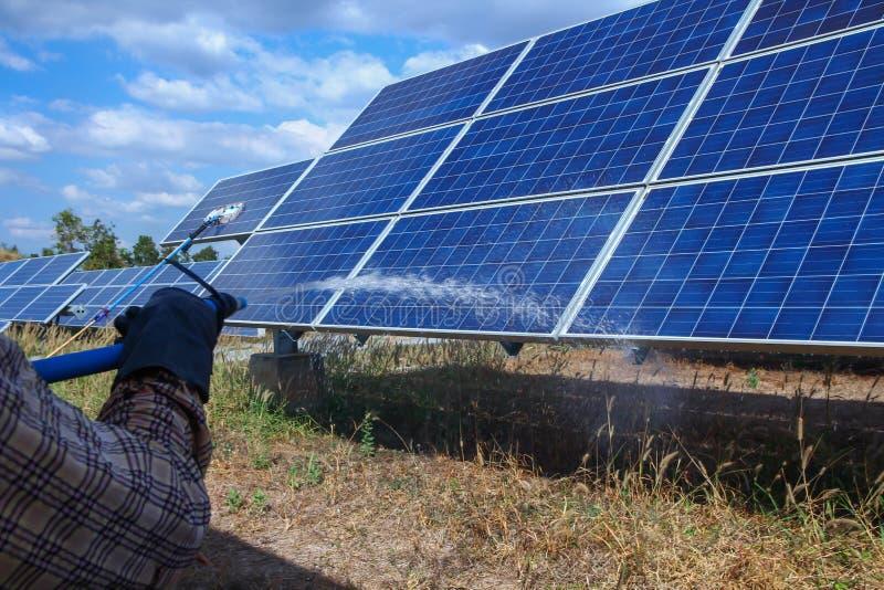 太阳电池板,供选择的电来源-能承受的资源的概念,这的太阳跟踪系统,清洗的意志 免版税图库摄影