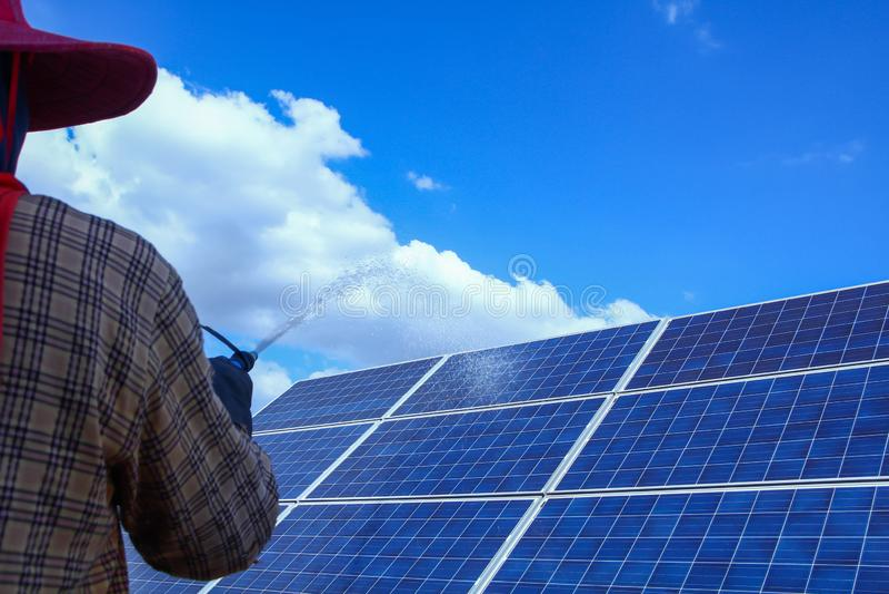 太阳电池板,供选择的电来源-能承受的资源的概念,这的太阳跟踪系统,清洗的意志 免版税库存图片