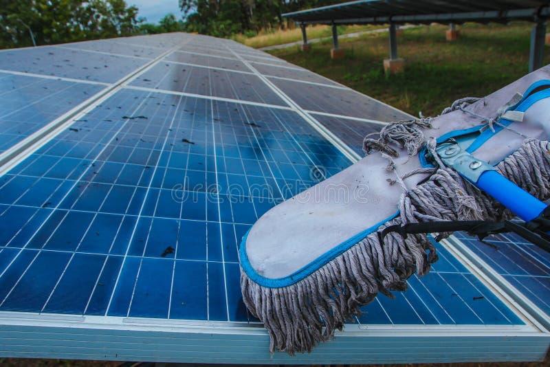 太阳电池板,供选择的电来源-能承受的资源的概念,这的太阳跟踪系统,清洗的意志 图库摄影