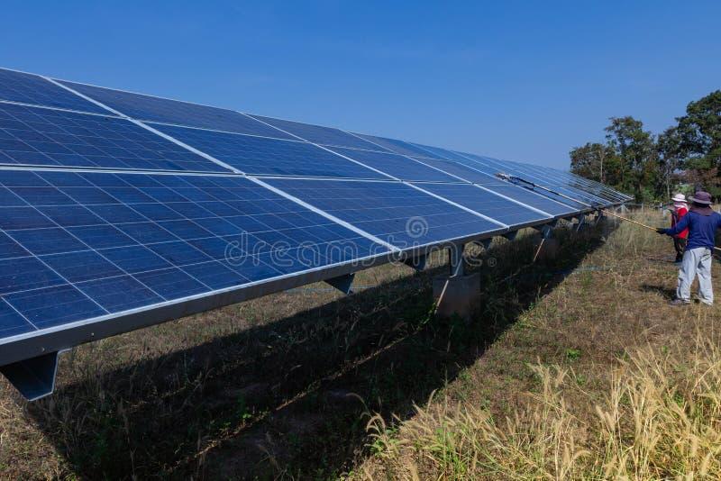 太阳电池板,供选择的电来源-能承受的资源的概念,这的太阳跟踪系统,清洗的意志 免版税库存照片