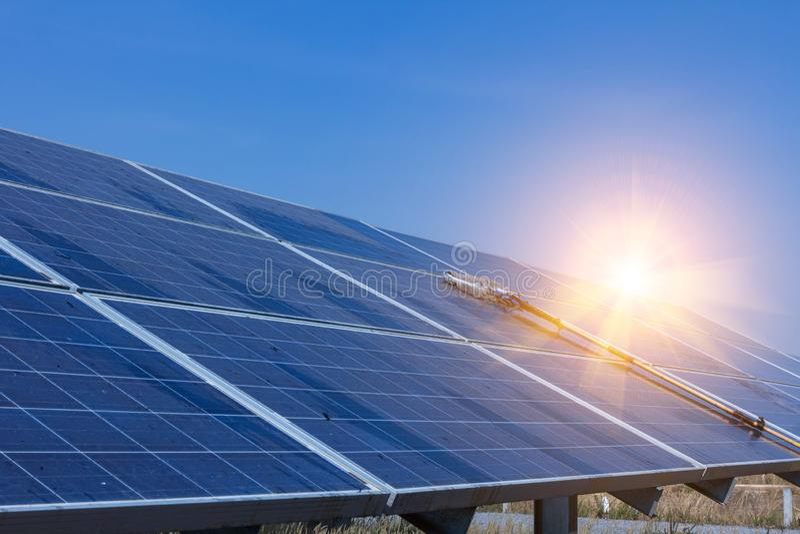 太阳电池板,供选择的电来源-能承受的资源的概念,这的太阳跟踪系统,清洗的意志 库存图片