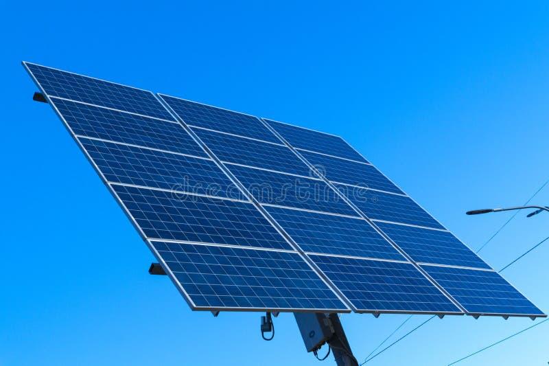太阳电池板,供选择的电来源-能承受的资源的概念 免版税库存图片