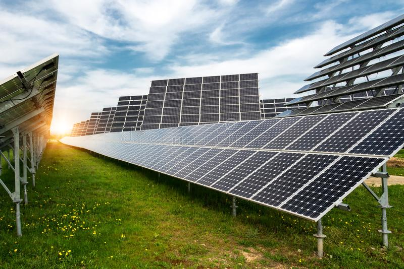 太阳电池板,photovoltaics,与太阳跟踪系统-供选择的电来源,能承受的资源的概念 免版税库存图片
