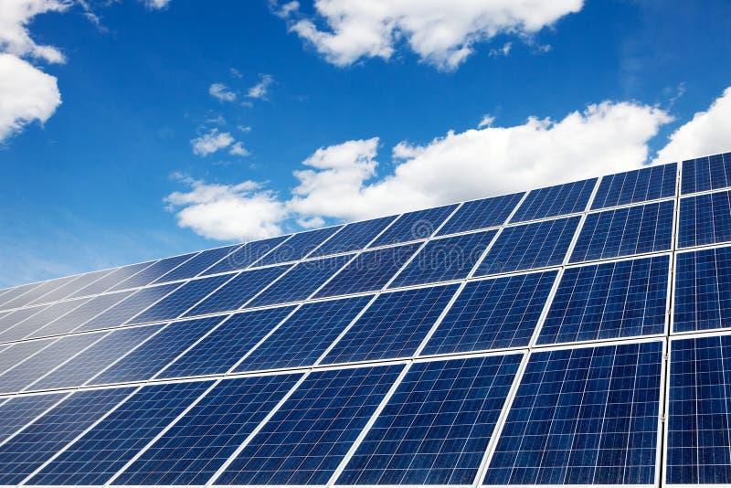太阳电池板-供选择的能源 在自行车运河eco能源环境友好平均值次幂保护可延续的岗位运输风之上 库存图片