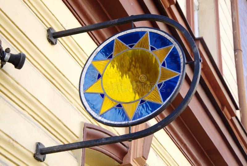 太阳的五颜六色的玻璃房子标志 免版税库存照片