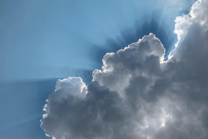 太阳的光芒穿过云彩 免版税库存照片
