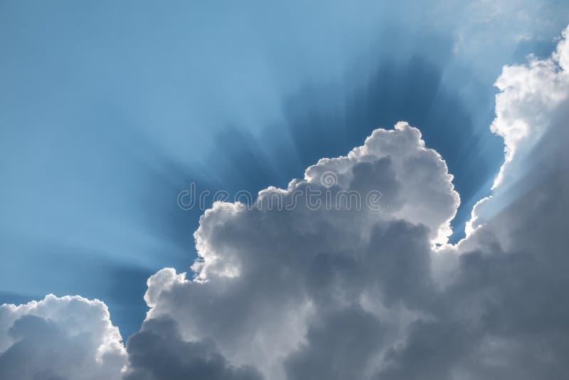 太阳的光芒穿过云彩 免版税库存图片