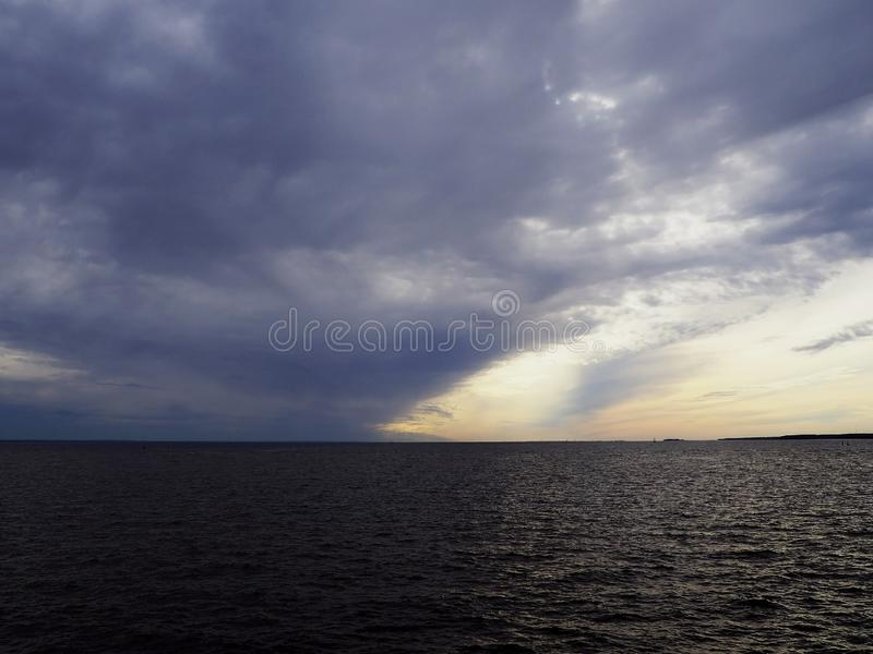 太阳的光芒通过在海的暴风云 图库摄影