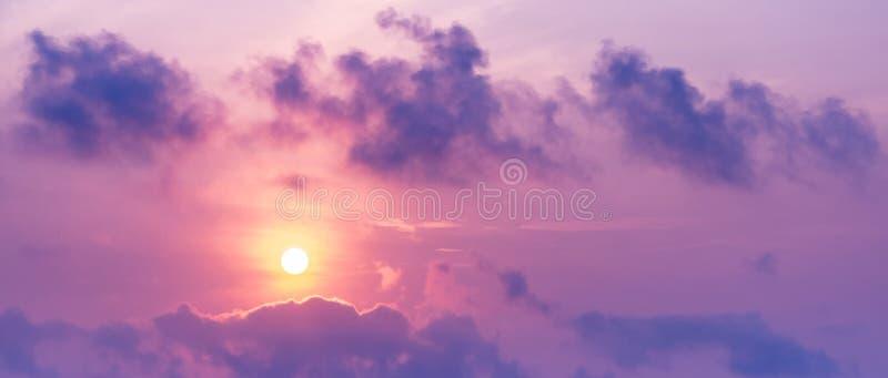 太阳的全景在暮色时间紫色的图片在天空的和云彩定调子 免版税图库摄影
