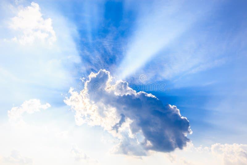 从太阳的天堂光在云彩后 库存图片