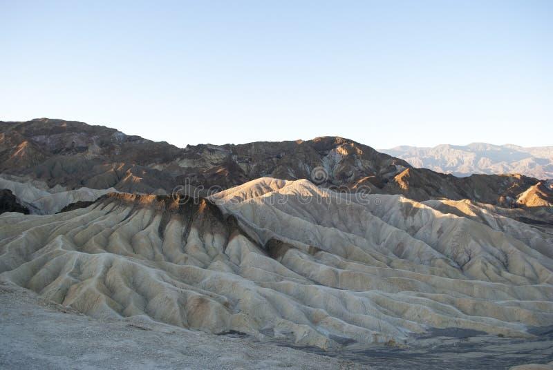 太阳的第一光芒在山的 在死亡谷,加州的清早 库存照片