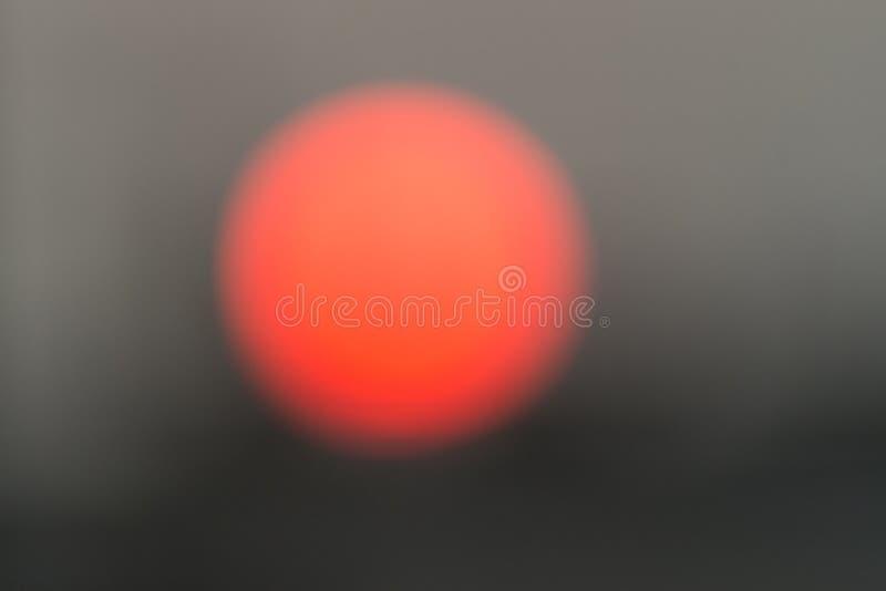 太阳的被弄脏的和Defocused图象在黎明在城市,与拷贝空间的抽象背景 库存照片