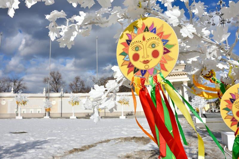 太阳的象征与五颜六色的丝带的在分支,太阳图片 免版税库存图片