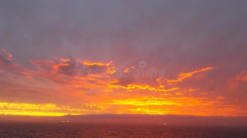 太阳绘了金子颜色的天空 免版税库存照片