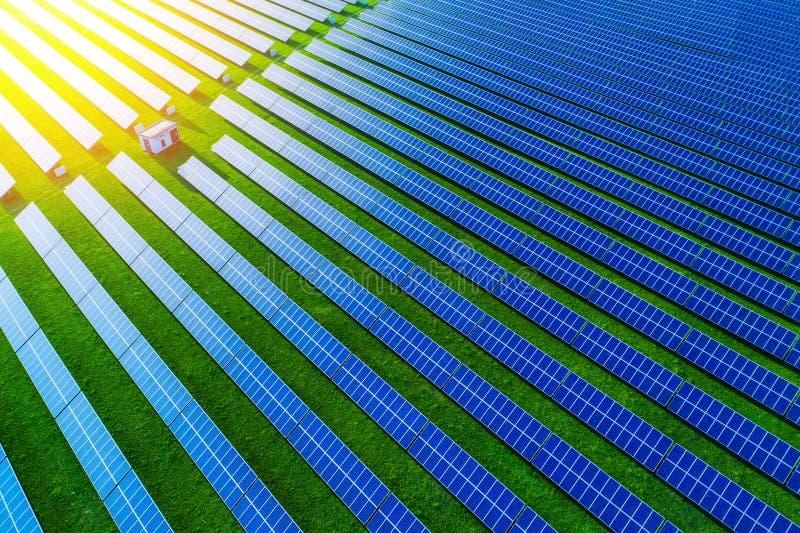 太阳能农场 太阳电池板大角度看法在能量的 免版税库存照片