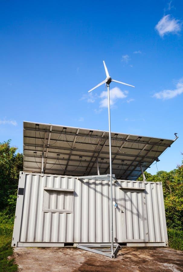 太阳能和风轮发电机 绿色能量概念 库存照片