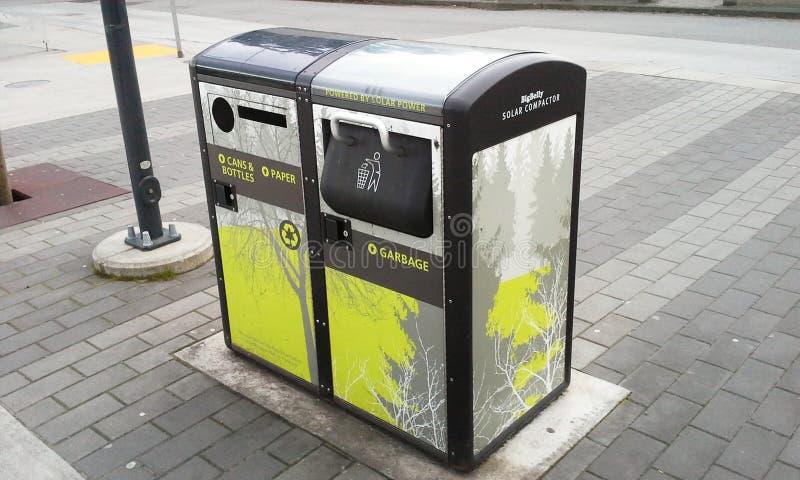 太阳能垃圾桶 库存照片