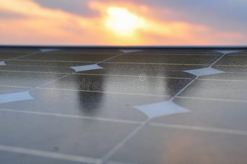 太阳能电池有阳光背景、绿色能量或者安全能量 免版税库存照片