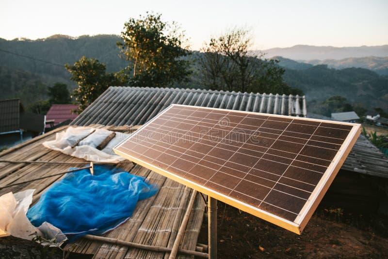 太阳能电池盘区在Maejantai Akha村庄在小山的在Chiangmai,泰国 免版税库存照片