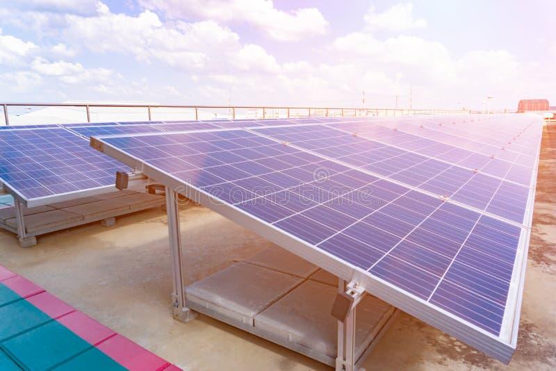 太阳能驻地光致电压的盘区在风景的以太阳热  在视图之上 库存照片