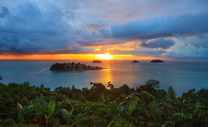 太阳设置了和美丽的暗淡的天空在张岛观点t 免版税库存照片