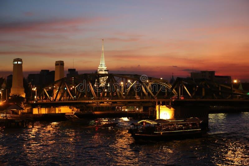 太阳设置了在Phra Phuttha Yodfa桥梁 免版税库存图片