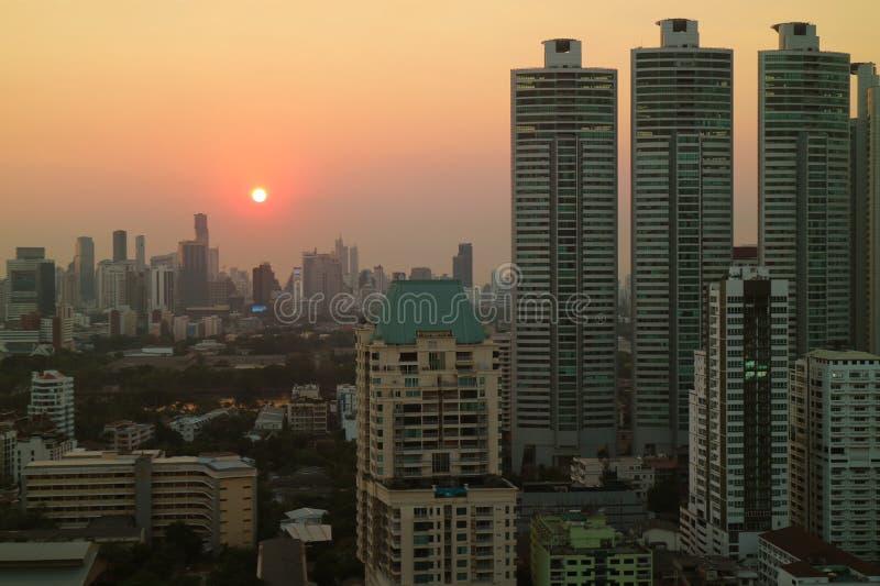 太阳设置的鸟瞰图在摩天大楼中的在曼谷街市 免版税库存图片