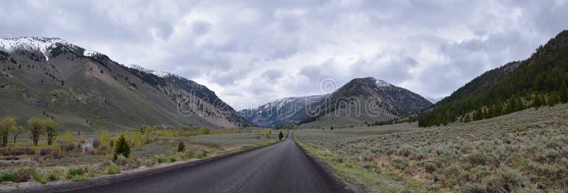 太阳谷,在锯齿山国家森林风景全景视图的獾峡谷从足迹小河路在爱达荷 免版税库存照片