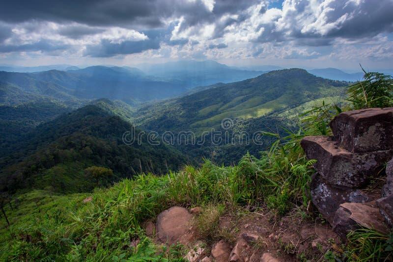 太阳通过云彩发出光线破裂有山景 免版税图库摄影