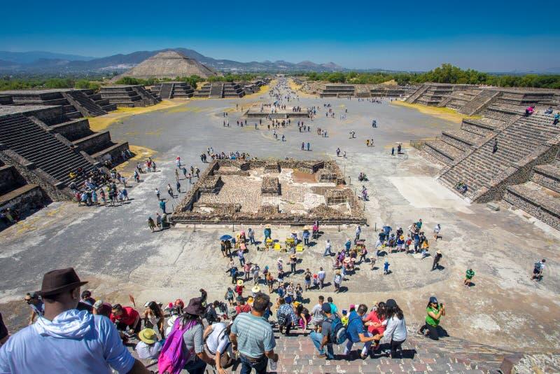 太阳金字塔和胡同死亡-市的看法特奥蒂瓦坎墨西哥 免版税图库摄影