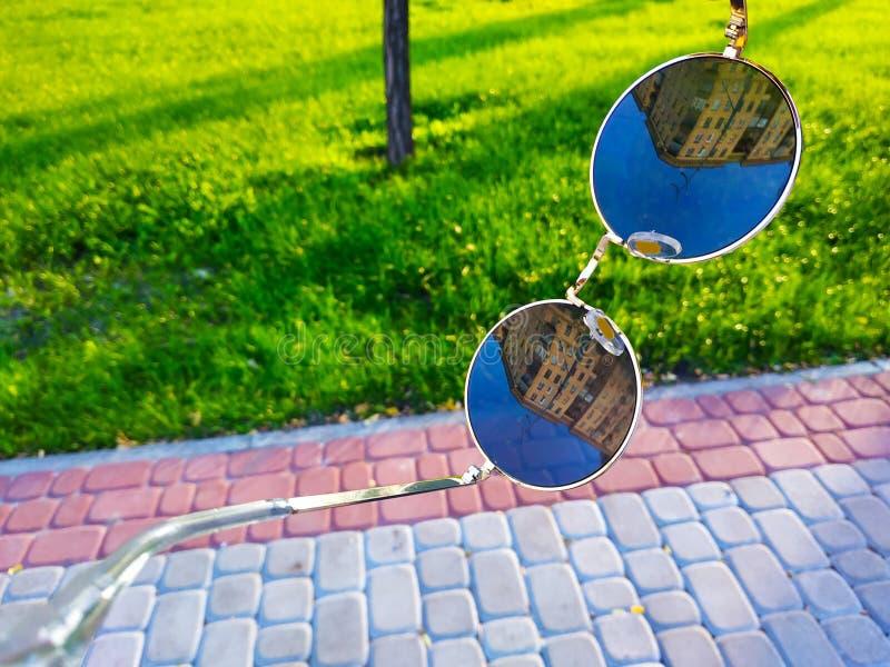 太阳镜中的建筑 哈尔科夫,乌克兰 库存照片