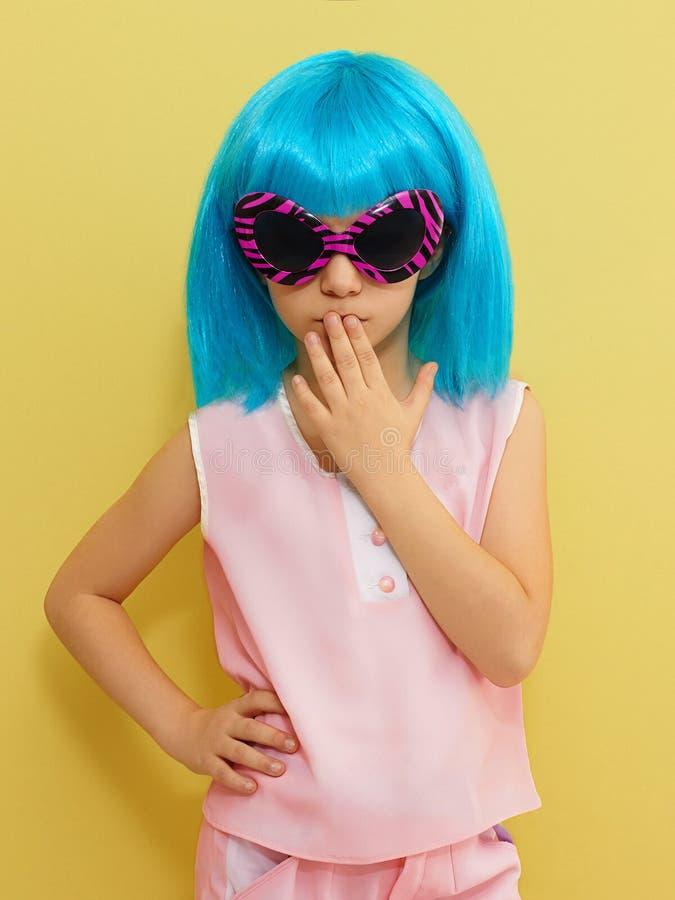 太阳镜和假发的滑稽的llittle女孩 库存图片