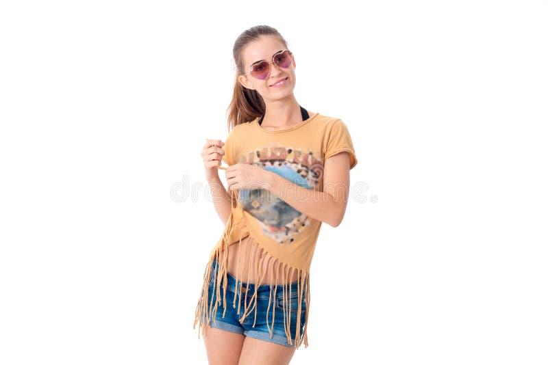 太阳镜和偶然夏天衣裳的女孩 库存照片
